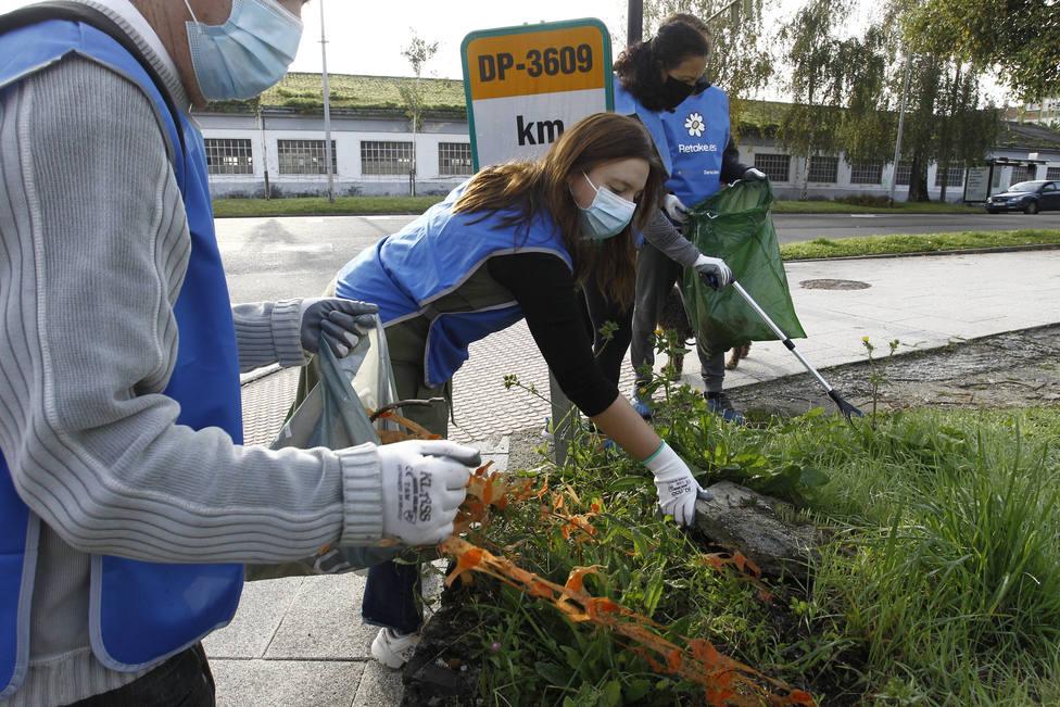 Jóvenes de la asociación Xeración realizando tareas de limpieza en Ferrol