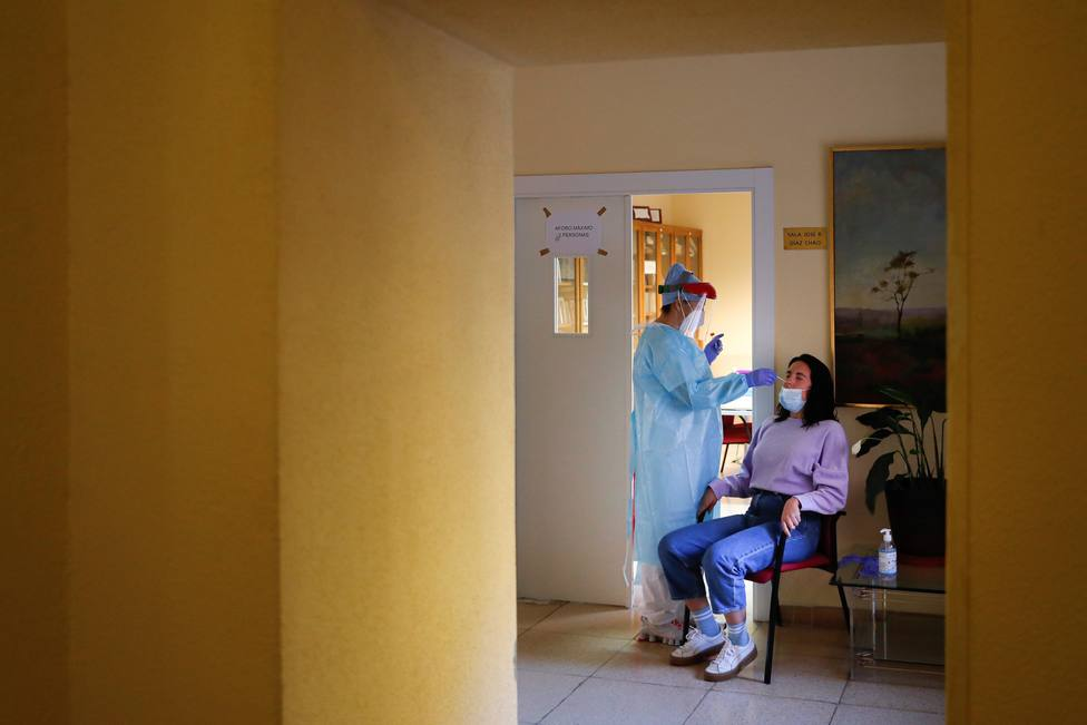 Foto de archivo de personas sanitario haciendo pruebas de coronavirus - FOTO: EFE / Emilio Naranjo
