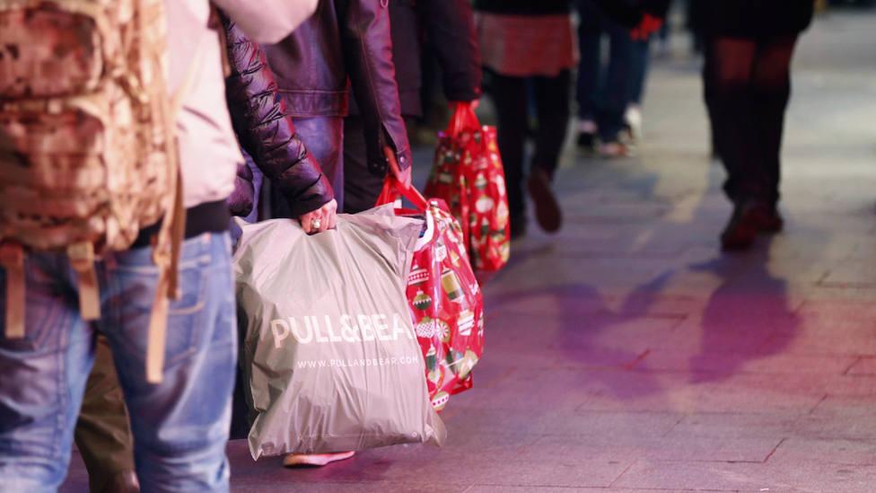 Los españoles reducirán su gasto estas Navidades y se dejarán un 10,45% menos en regalos que el año pasado