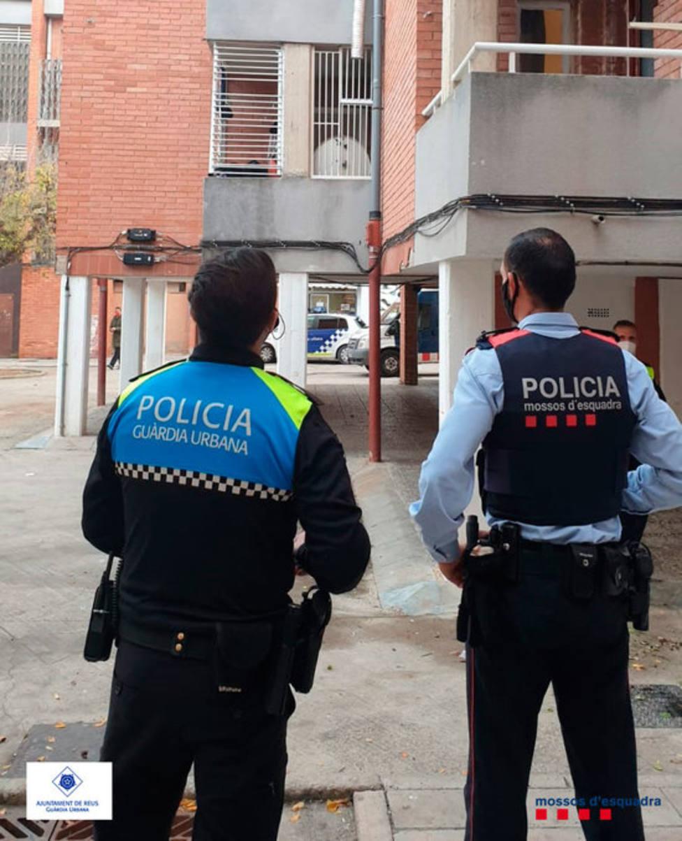 Un agente de los Mossos dEsquadra y otro de la Guardia Urbana