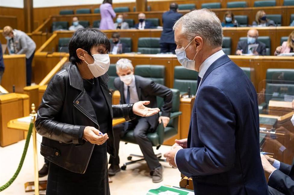 El Lehendakari Iñigo Urkullu conversa con la portavoz del EH Bildu Maddalen Iriarte