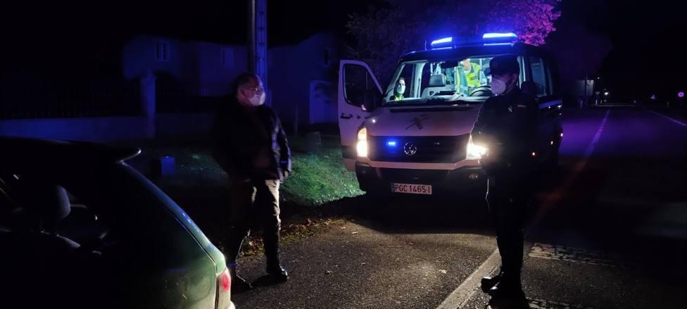 Interceptado en O Corgo al saltarse el toque de queda sin carné de conducir, seguro ni ITV