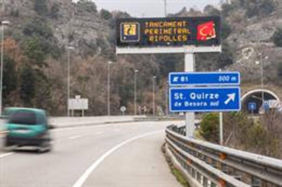 Un cártel en la carretera informa del confinamiento perimetral en la C-17 a la entrada de Ripoll, en Girona