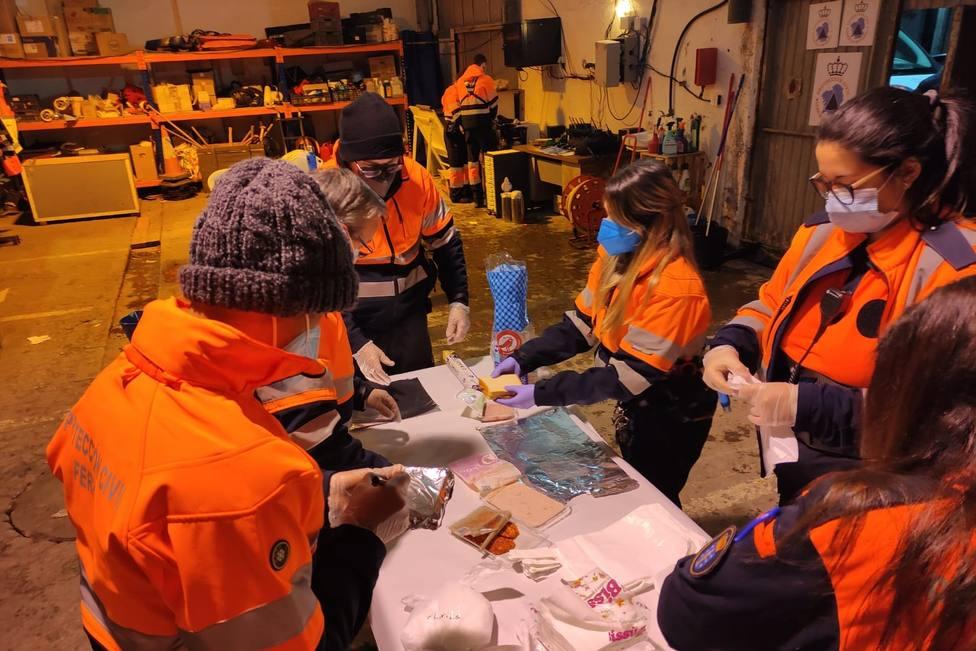 Voluntarios de Protección Civil preparando bebidas calientes y alimentos - FOTO: Concello de Ferrol