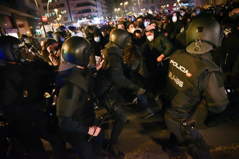 Tercera noche de protestas por Hasél que se saldan con 16 detenidos en Barcelona y Valencia