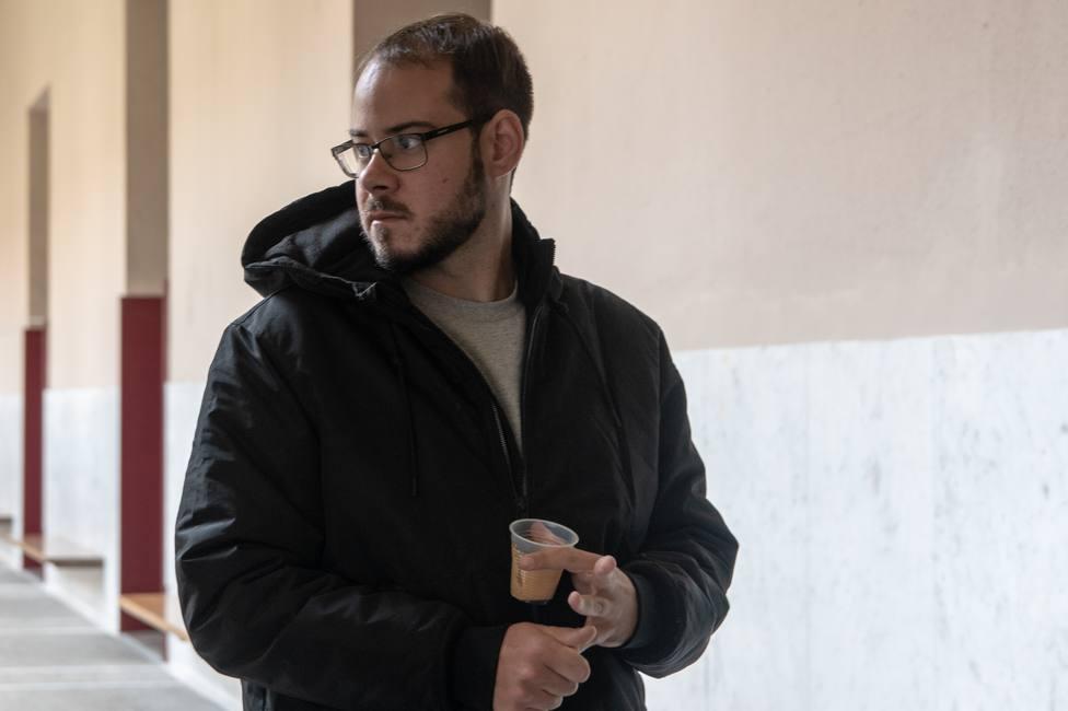El rapero Pablo Hasél, citado a declarar tras la querella de Vox por quemar una bandera española en Mallorca