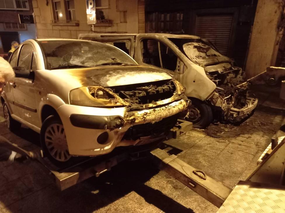 Dos hombres detenidos en Vigo por quemar una furgoneta en la que habían robado
