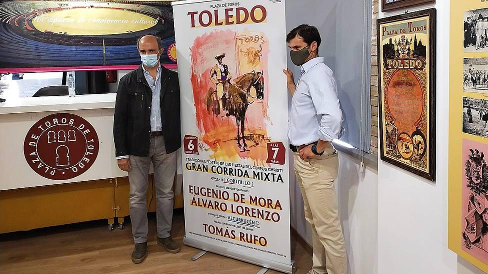 Pablo Lozano y Eugenio de Mora junto al cartel anunciador del festejo del Corpus de Toledo
