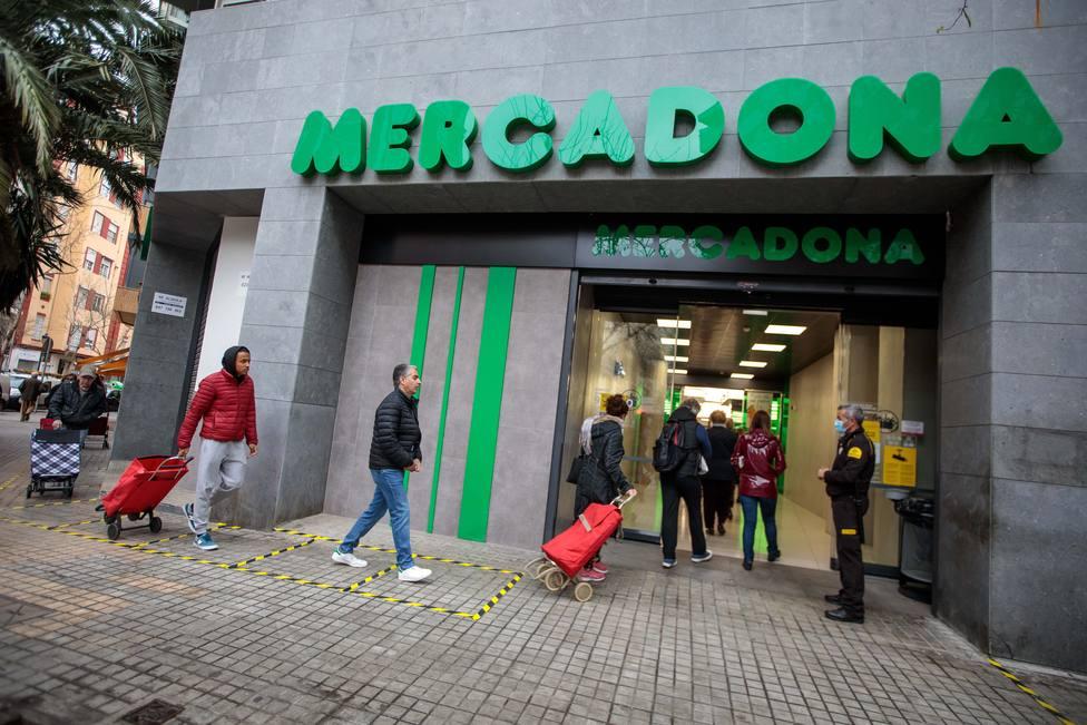 Supermercados empiezan a reducir horarios y aforo para evitar aglomeraciones