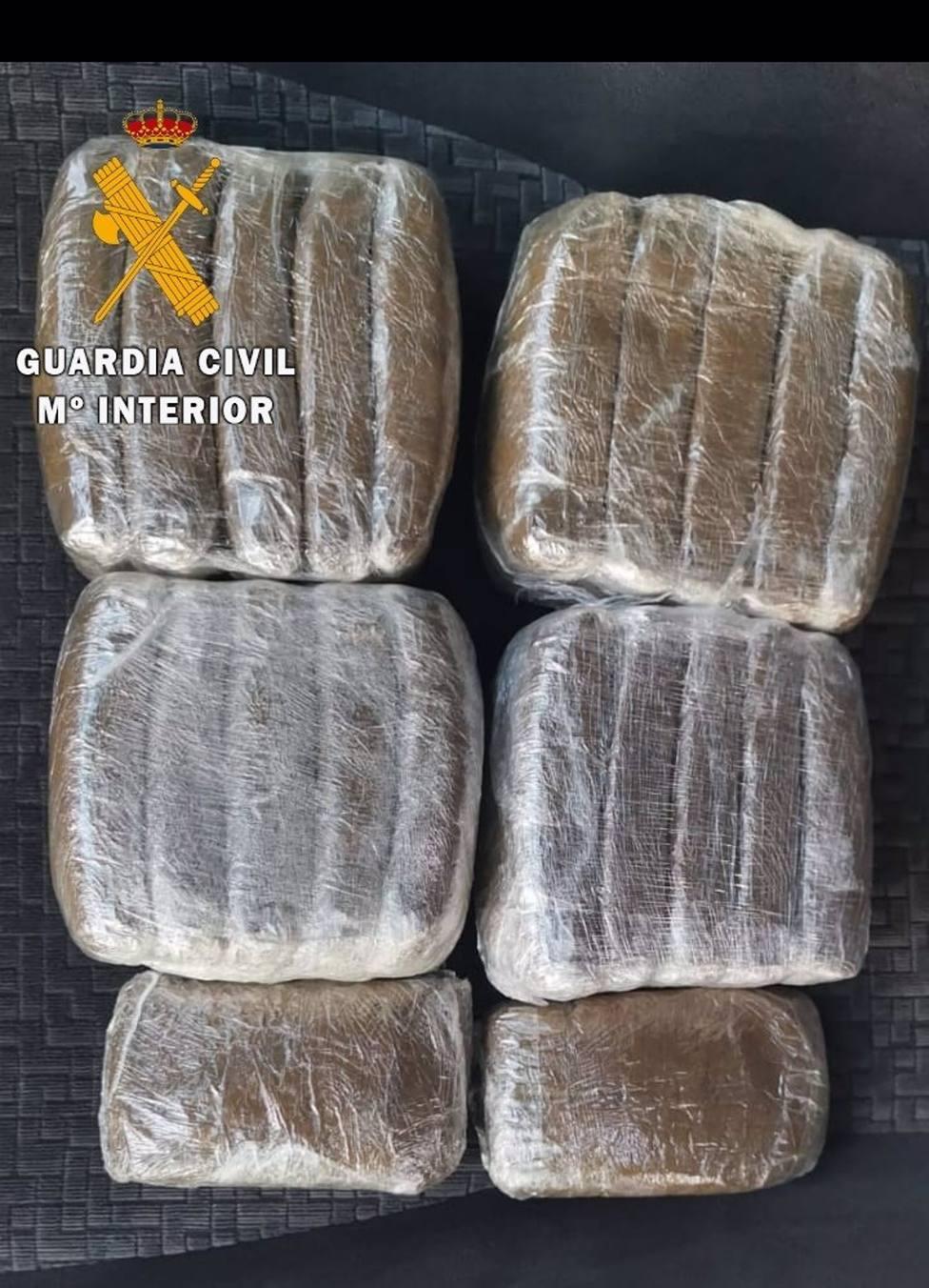 Droga incautada por la Guardia Civil a los tres detenidos