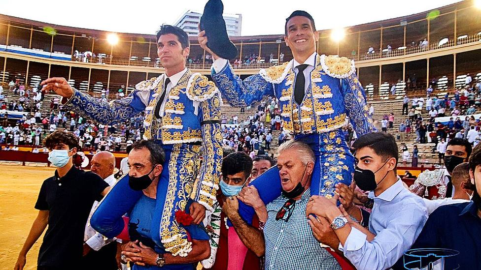 Cayetano y Manzanares en su salida a hombros este viernes del coso alicantino