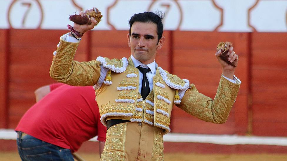 Sergio Serrano con las dos orejas cortadas este sábado en Manzanares