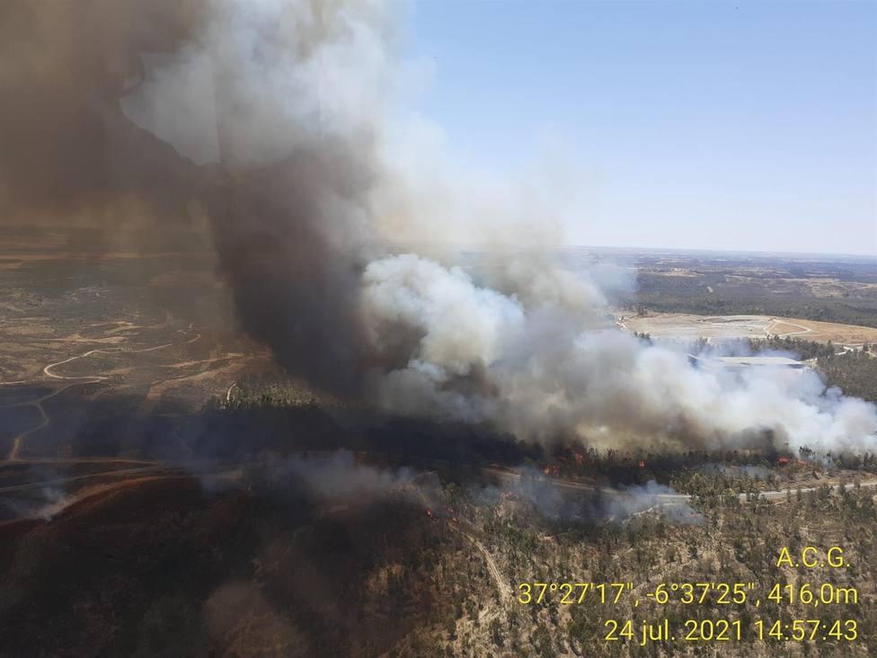 El incendio de Villarrasa obliga a desalojar dos casas y es de mucha envergadura, según el alcalde