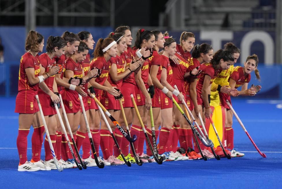 El equipo olímpico femenino de hockey hierba antes de comenzar el partido ante Gran Bretaña