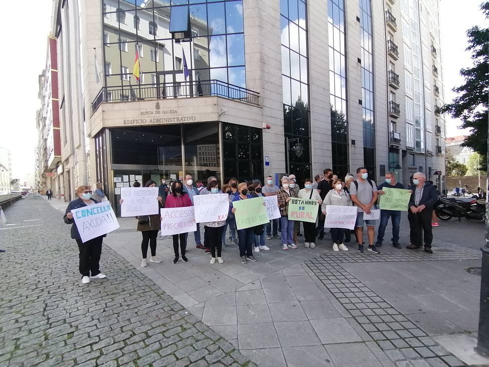 Vecinos de As Somozas ante el edificio de la Xunta con el diputado autonómico del BNG