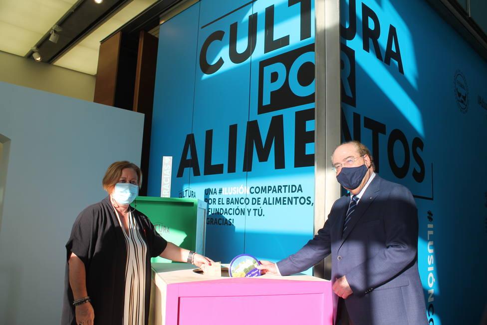 La presidenta del Banco de Alimentos Ráis Altas, Conchi Rey, y el de Afundación, Miguel Ángel Escotet