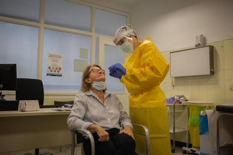 Una sanitaria realiza un test rápido de antígenos de detección de coronavirus a una doctora