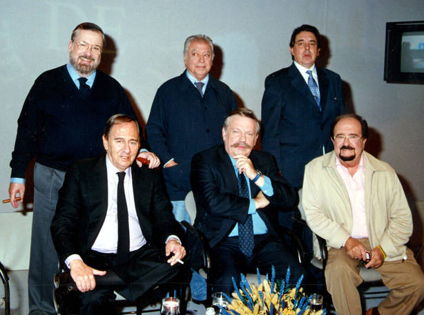 Narciso Ibáñez Serrador, Tico Medina y Fernando Martínez Regalado(director de Tiempo de Tertulia). Sentados:Gustavo Pérez Puig, José María Iñigo y José Luis Uribarri