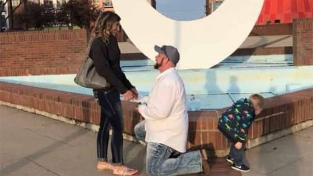 Su padre pide matrimonio a su novia y el niño se baja los pantalones en ese momento