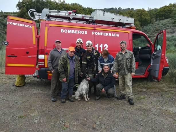Los Bomberos rescatan a un perro que se había caído por una chimenea de 30 metros en Igüeña