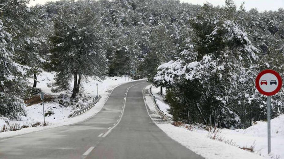 Carretera nevada en imagen de recurso