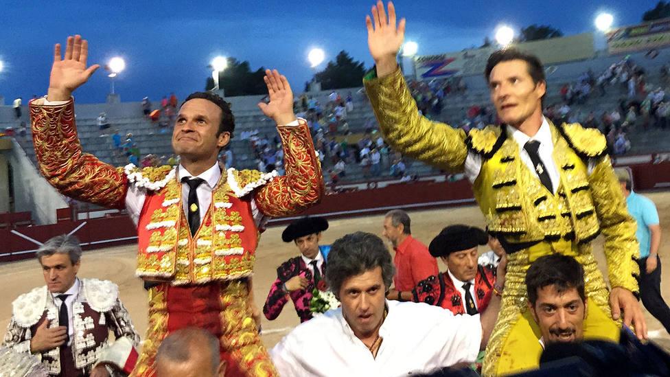 Antonio Ferrera y Diego Urdiales en su salida a hombros este sábado en Arévalo