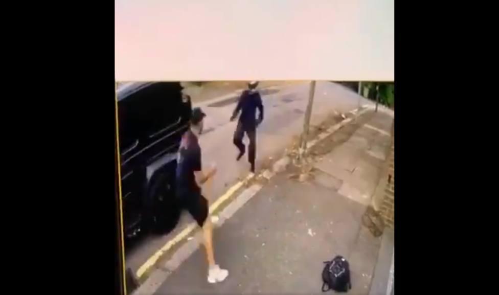 Varios asaltantes intentan robar armados el coche a Özil con él dentro y Kolasinac se enfrenta a ellos