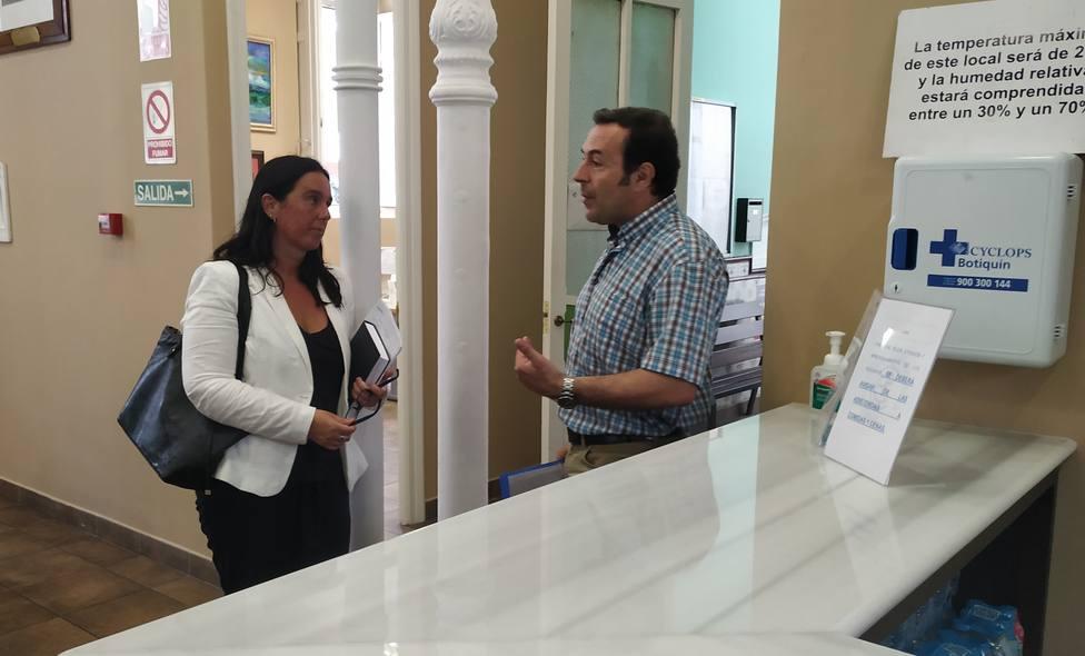 Eva Martinez y Antonio Tostado durante la visita que la edil realizó a la Cocina Económica de Ferrol