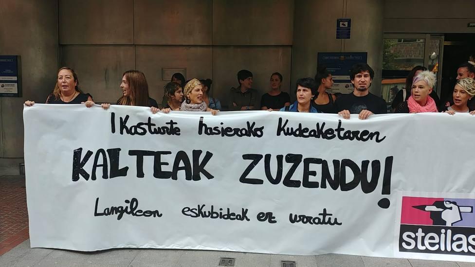Concentración de STEE-EILAS ante la sede del Gobierno Vasco en Bilbao para protestar por la gestión del person