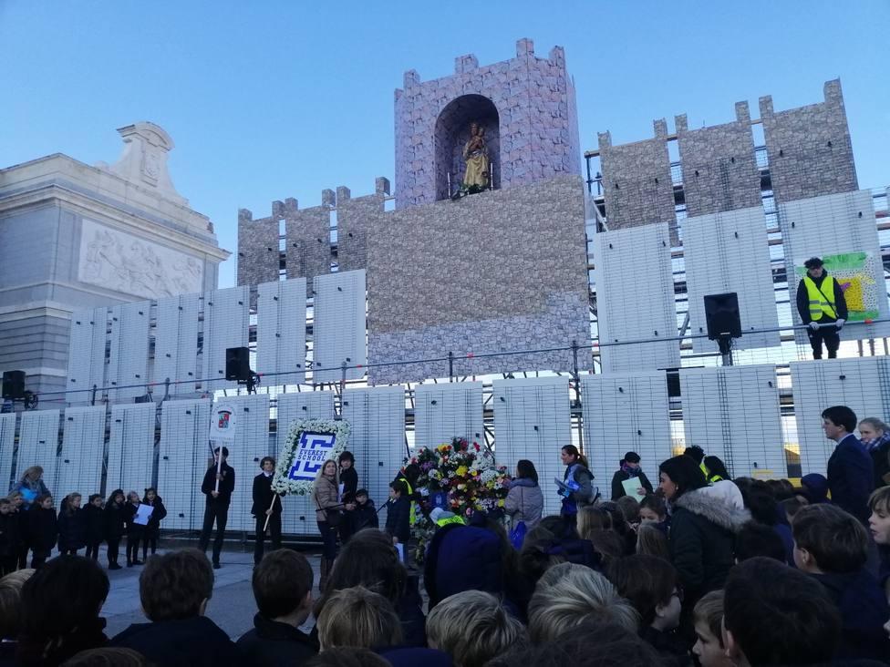 Los colegios de Madrid dejan su ofrenda a la Virgen de la Almudena