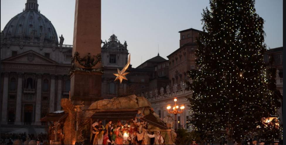 El Vaticano inaugura su Portal de Belén y el árbol de Navidad ante cientos de asistentes
