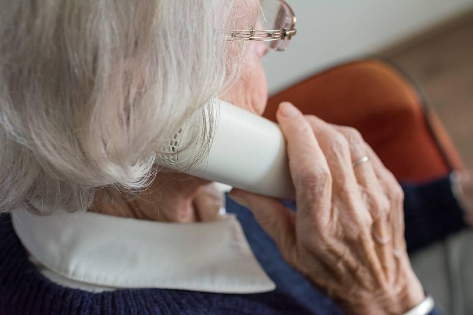 Mujer mayor hablando por teléfono