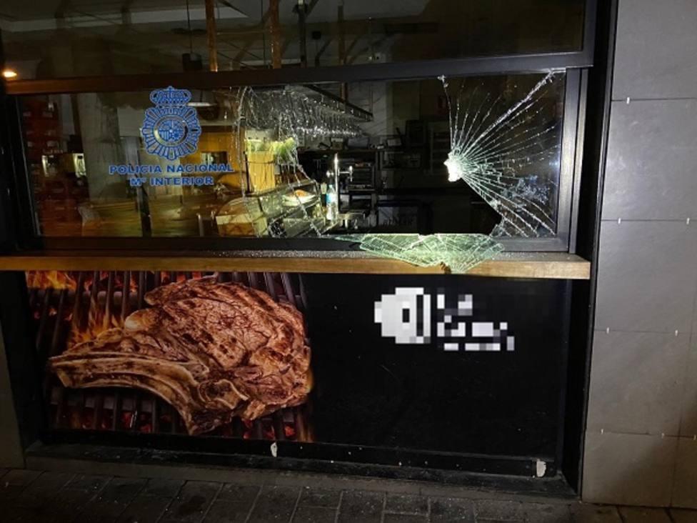 Detenido por fracturar con un adoquín la cristalera de un restaurante en Murcia para entrar y robar