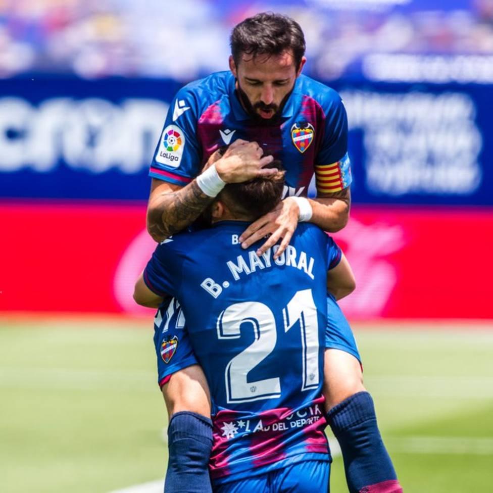 Morales celebra con Mayoral uno de los goles ante el Real Betis