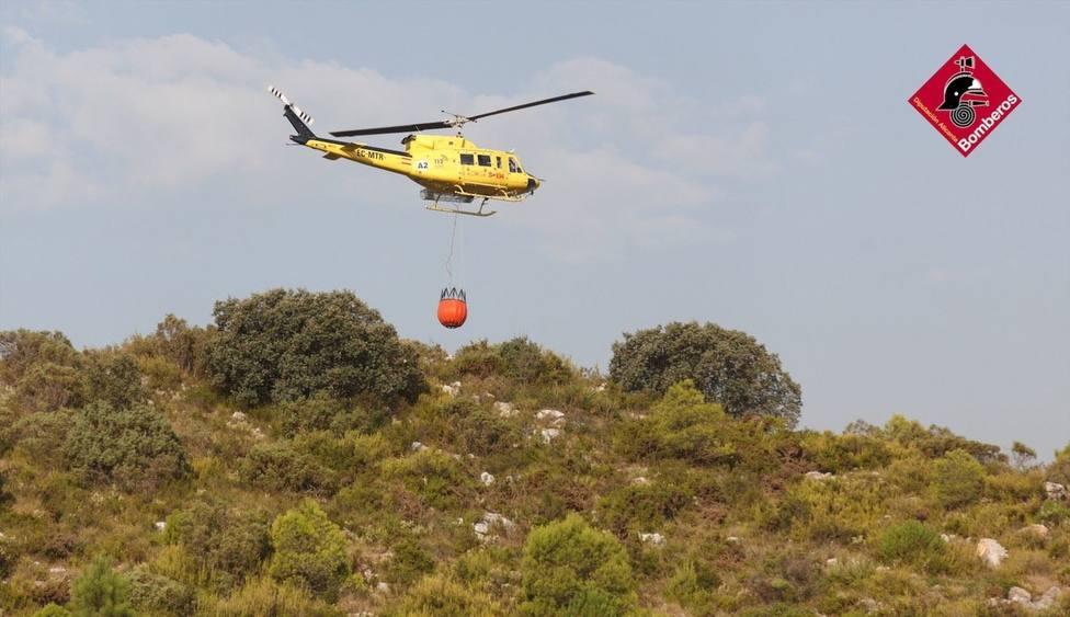 Se incorporan medios aéreos al incendio ya perimetrado de Vall de Gallinera