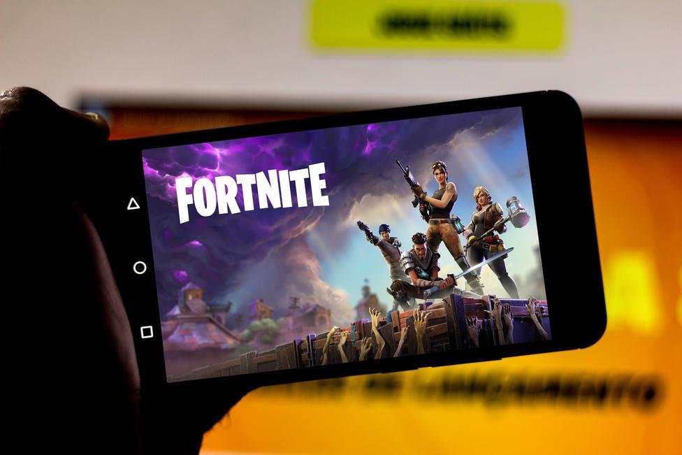 ¿Cómo afecta la eliminación de Fortnite de Google Play y la App Store a los jugadores en iOS y Android?