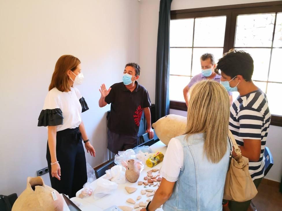 La alcaldesa y edil Cultura visitan a los participantes en el Proyecto de Investigación Isla del Fraile