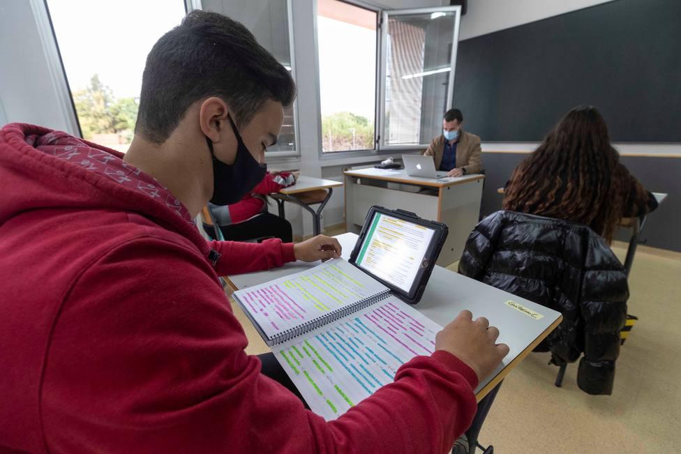 Ventilar las aulas no minimiza lo suficiente el riesgo de contagiarse por covid-19, según un estudio