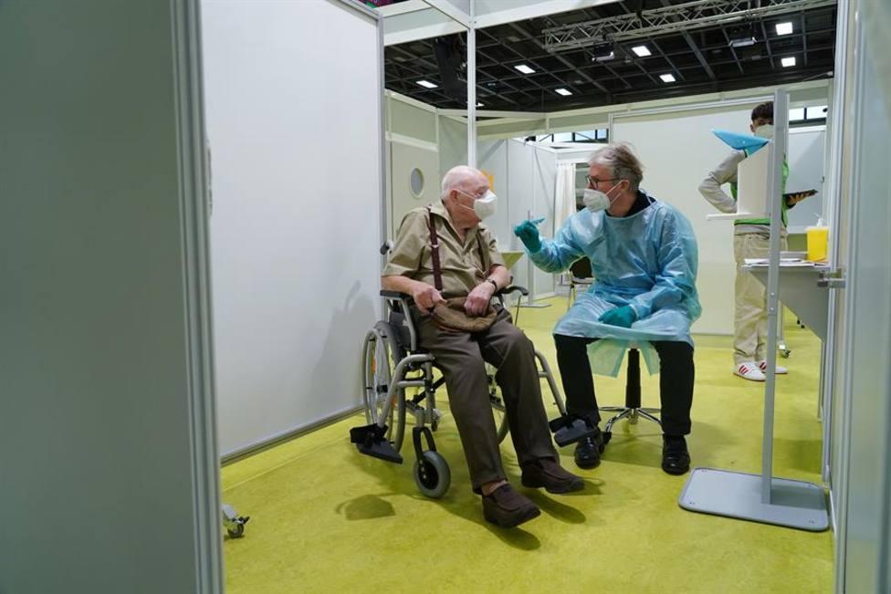 Un médico alemán vacuna a un anciano de 92 años en Berlín