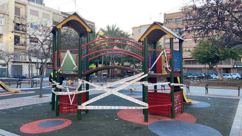 Imagen de archivo de un parque de Alicante cerrado por la policía