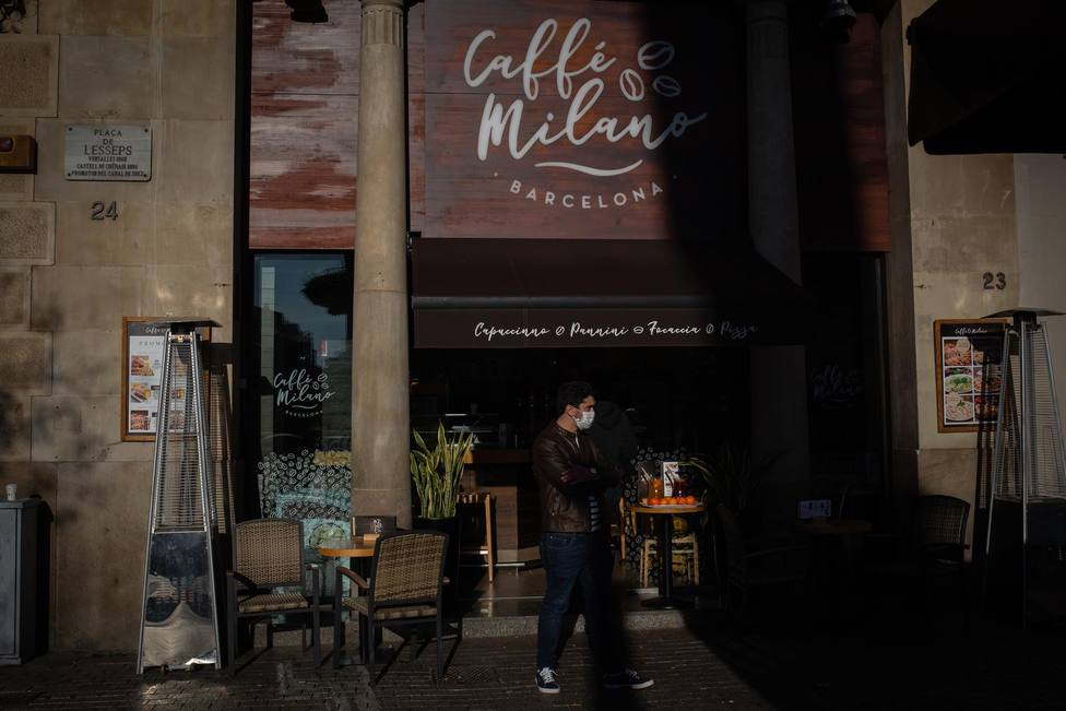 Un hombre en el exterior de un bar de Barcelona, Catalunya