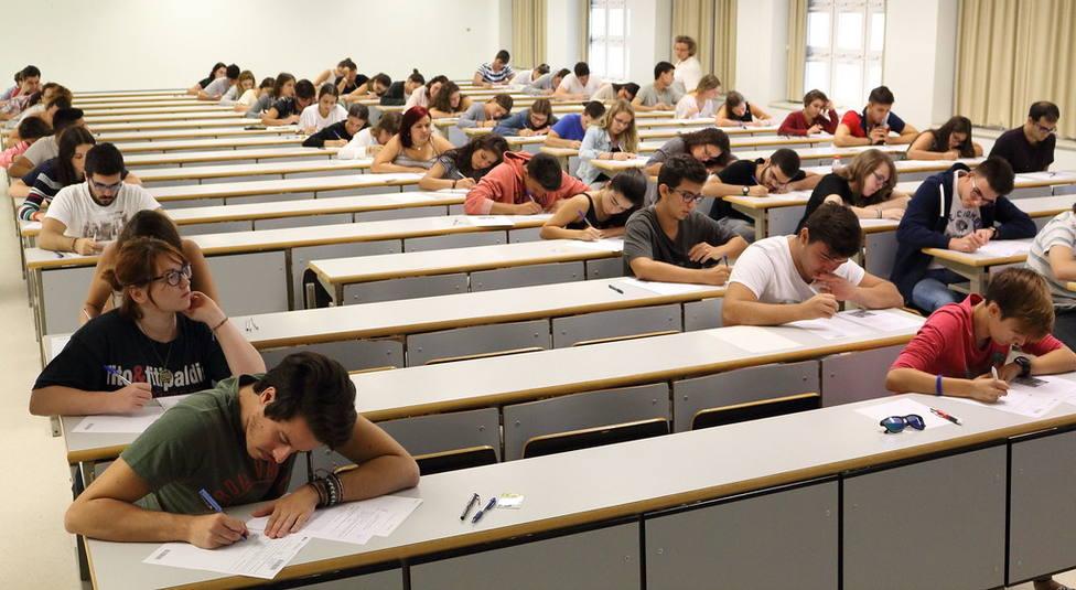 Estudiantes de Bachillerato realizando la prueba de acceso a la universidad