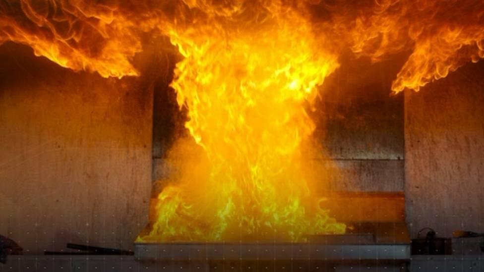 El fuego arrasó 16.000 kilos de paja y un tractor