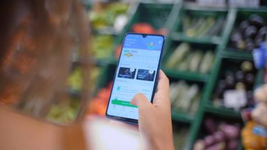 La mitad de los españoles alternan la compra física y la digital