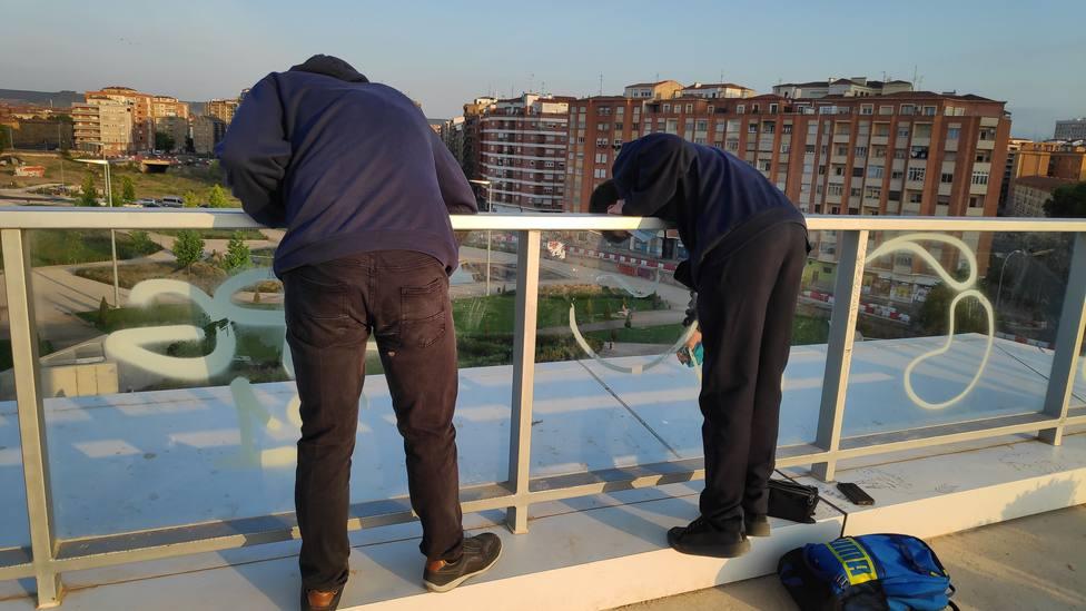 La Policía de Logroño pilla por sorpresa a dos jóvenes limpiando grafitis en el Parque Felipe VI