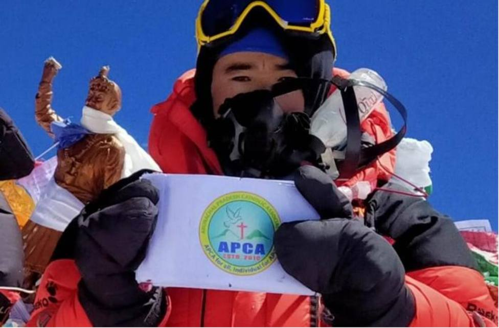 Un joven católico logra alcanzar la cumbre del Everest, donde plantó en la nieve un Rosario y una Virgen
