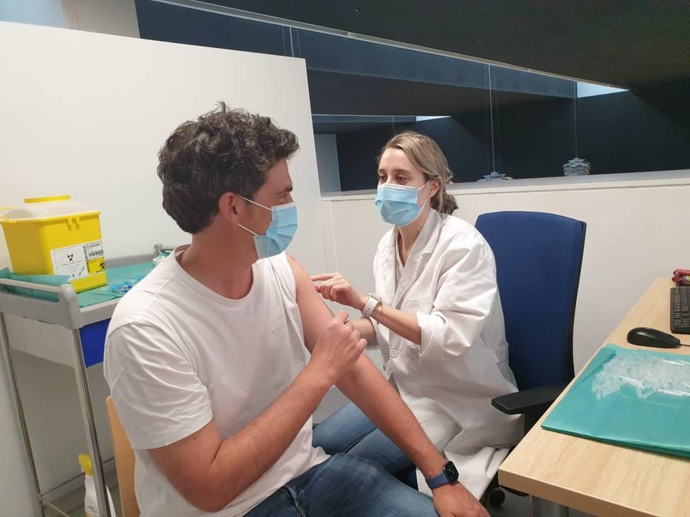 El delegado territorial de la Xunta recibe la vacuna contra el Covid-19