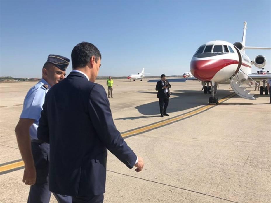 Sánchez se reúne con el canciller dominicano en una escala técnica