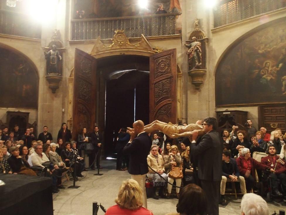 La limpieza del Cristo del Santo Sepulcro vuelve a congregar a cientos de logroñeses