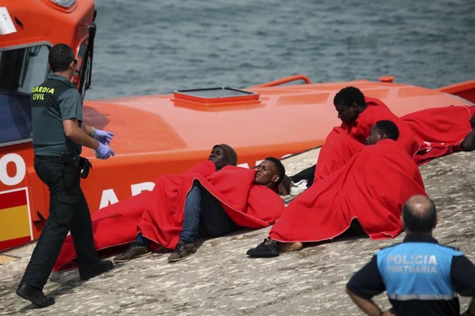 Rescatan una balsa con seis inmigrantes en aguas del Estrecho de Gibraltar